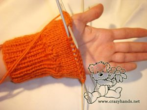 Free knitted mitten patterns: bottom view of the half-knitted mitten