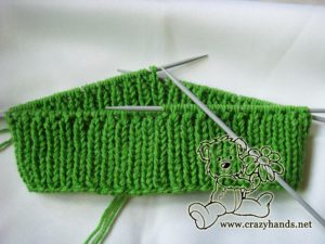 Ribbing of the easy to knit shamrock green cable hat