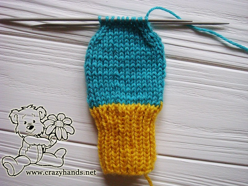 Forming the top of knit mittens