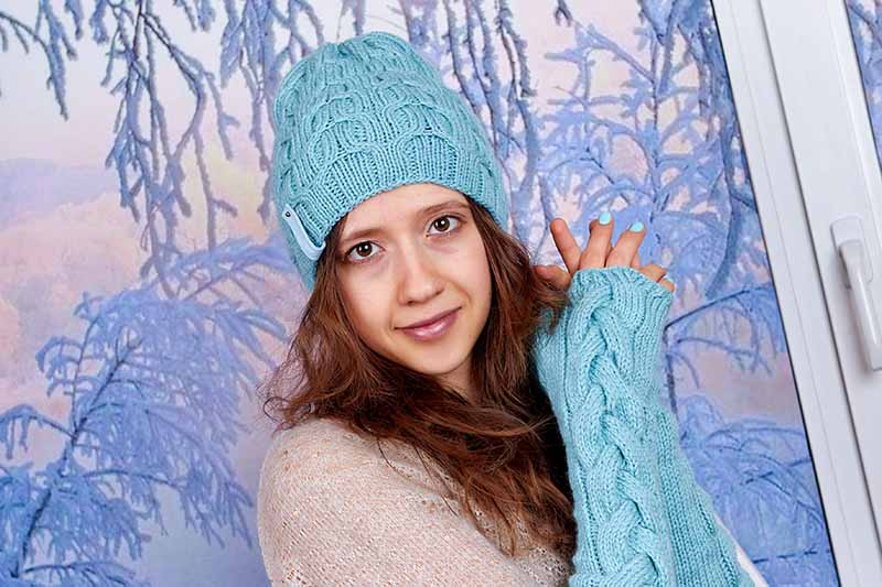Photo model in knit mint wicker set