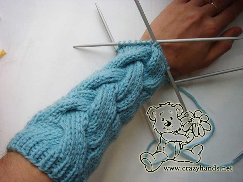 Knit gloves with cable
